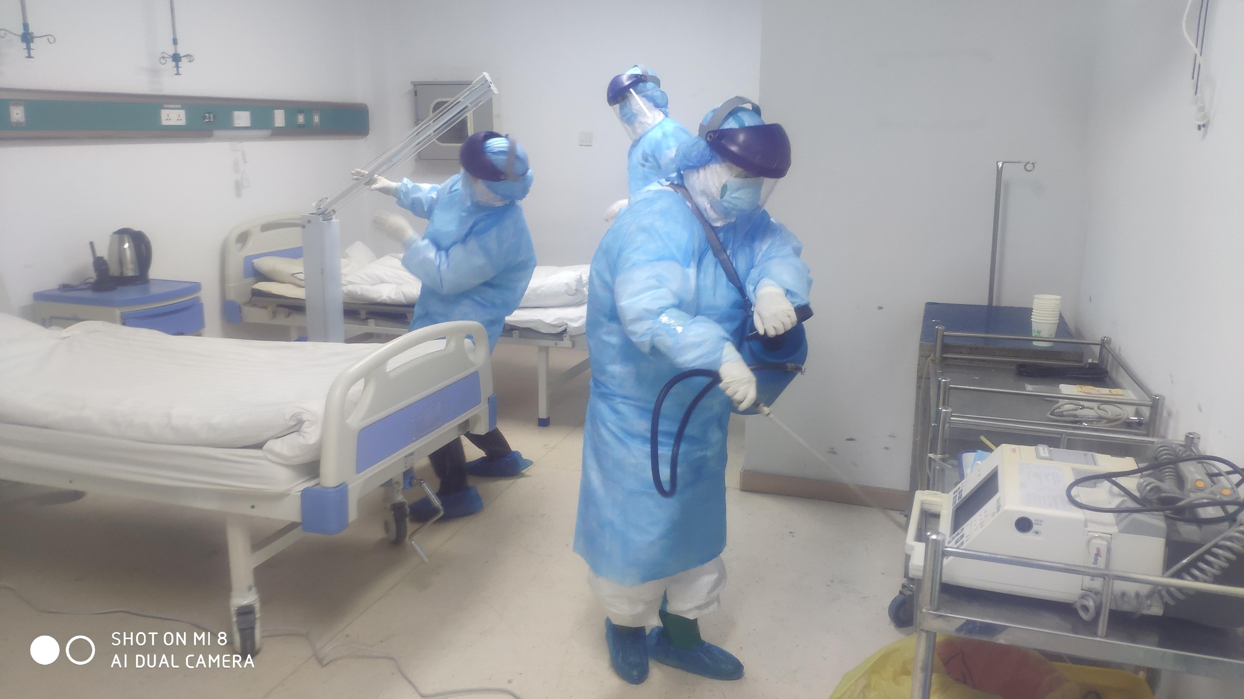 护理人员在新冠病房内处置消杀.jpg
